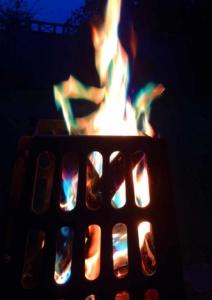 Mystical Fire Feuerzusatz im Feuerkorb bei der Sommersonnenwende