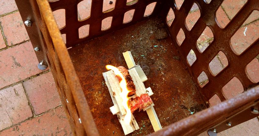 Wie zünde ich schnell und einfach Feuer in Feuerschale oder Feuerkorb an
