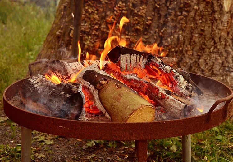 Osterfeuer mit der Feuerschale